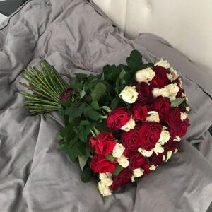 Букет красных и белых  роз (51шт 80см)