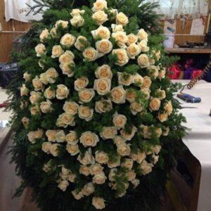 Ритуальный венок с белыми розами и ветками ели (120 роза)