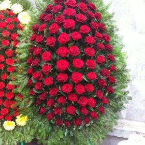 Ритуальный венок из красных роз и ветками ели (120 роза)