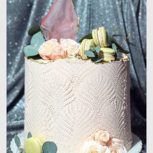 Торт с цветами и с макарунами