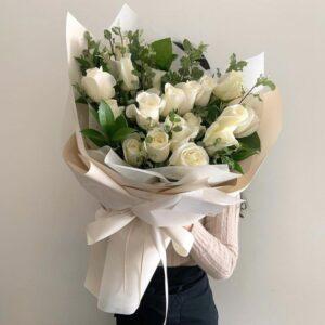 Композиция из белых роз(17шт 60см)
