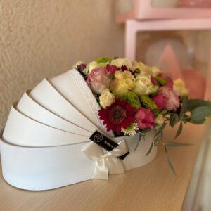 Белая коробка с цветами